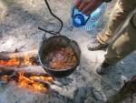 Слегка обжарив мясо, наливаем в котелок воды