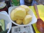 Режем картофель для бограча на костре