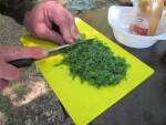 Режем зелень для бограча на костре