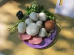 Продукты для приготовления шампиньонов фаршированных колбасой, луком и чесноком и тушеных в сковороде