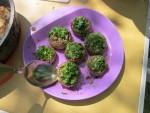Шампиньоны фаршированные колбасой, луком и чесноком, и тушеные в сковороде, простой походный рецепт горячей закуски