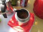 Засыпать в фильтр гейзерной кофеварки кофе среднего или грубого помола