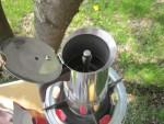 Поставить гейзерную кофеварку на медленный огонь газовой горелки