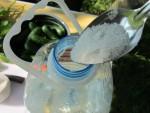 Заливаем в подготовленную ПЭТ бутылку холодную воду на половину ее объема и засыпаем соль