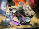 Продукты для приготовления кокота или жюльена из шампиньонов с луком, сыром и соусом Бешамель на сковородке