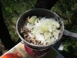 Закладываем весь порезанный для жульена лук и сливочное масло в сковородку