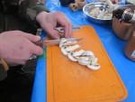 Для получения более насыщенного вкуса кулеша, крупно режем и слегка обжариваем грибы