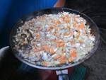 Выкладываем в полученный жир нарезанные лук, морковь, корень петрушки и корень сельдерея