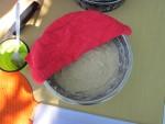 Накрываем посуду с тестом влажной тканью и даем ему отстояться