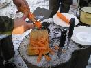 Чистим морковку для плова, не скоблим, а именно чистим