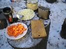 Чистим лук для плова, разрезаем луковицу пополам и режем полукольцами