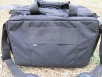 На внешней стороне тыльного отсека сумки 5.11 Tactical Side Trip Briefcase нашита широкая лента