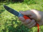 Несмотря на габариты, нож Игла ощущается в руке при различных хватах вполне приемлемо