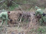 Импровизированные укрытия и убежища из ветвей, корней и упавших деревьев, использование естественных углублений в земле
