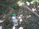 Регулируем длину шнура таким образом, чтобы от дна бутылки до поверхности дров было около 10-12 см
