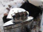 Каталитическая грелка Zippo Hand Warmer состоит из резервуара заполненного ватой, насадки с катализатором и крышки с вентиляционными отверстиями